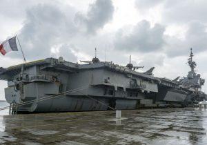 Fransız uçak gemisi Charles de Gaulle Limasol'a demir attı