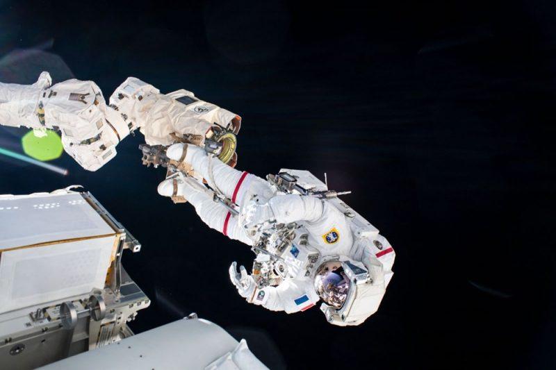 Astronotların 6 saatlik uzay yürüyüşü tamamlandı: Nefes kesen kareler
