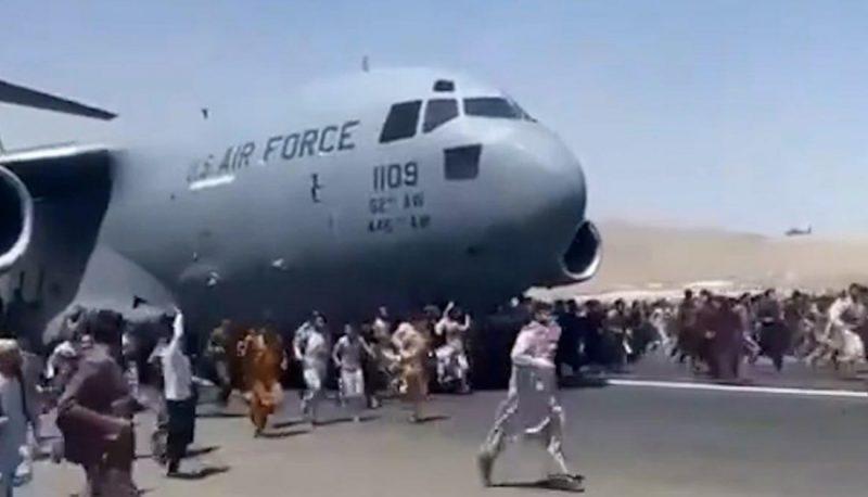 Taliban'dan kaçmaya çalışan afganlar uçaktan düştü!